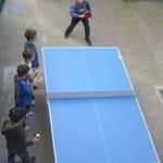 Mesa de tenis de mesa en el patio